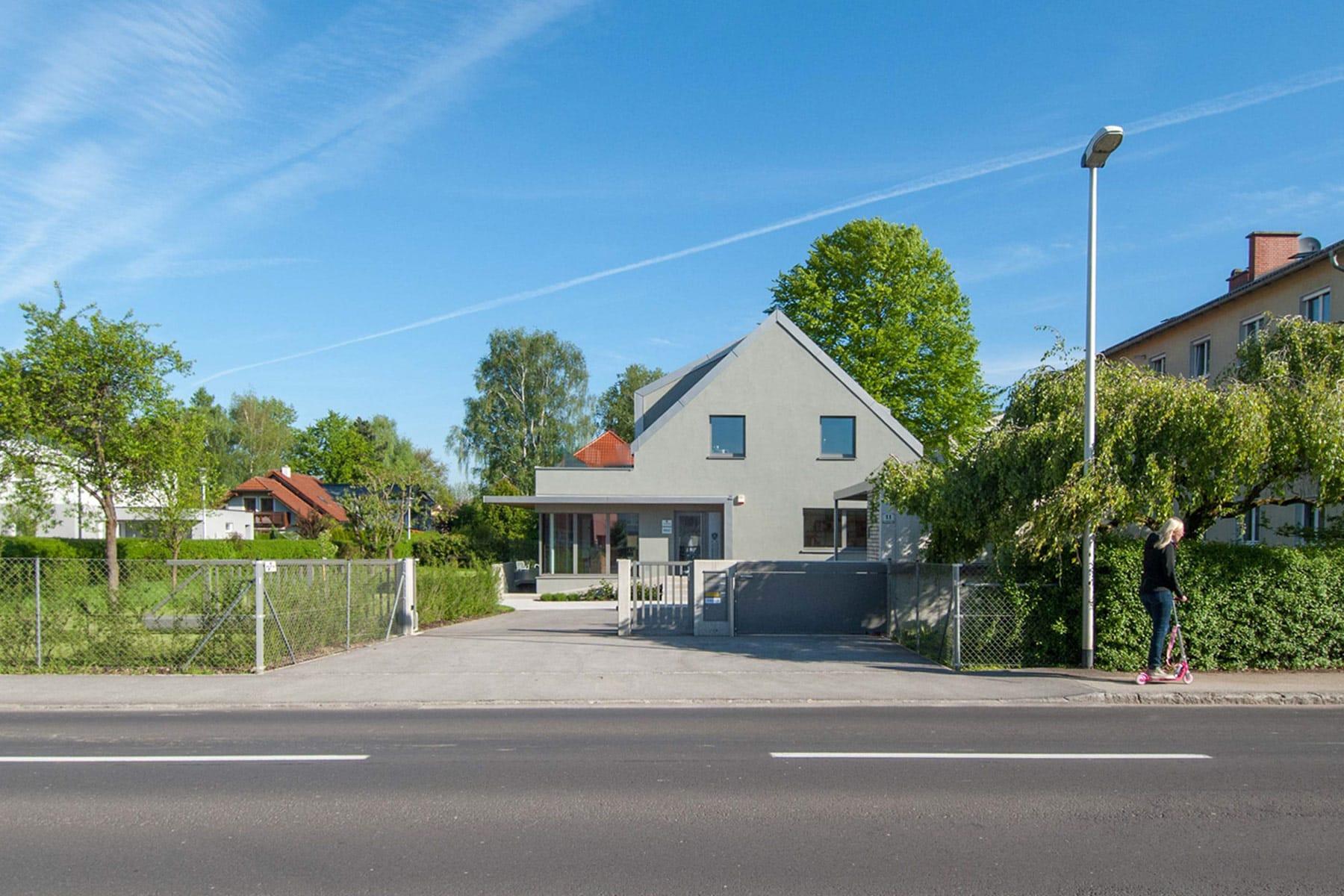 zufahrt, Umbau in Pasching; architekt; haus; modern; architektur; pasching; zubau; büroerweiterung; wohnung