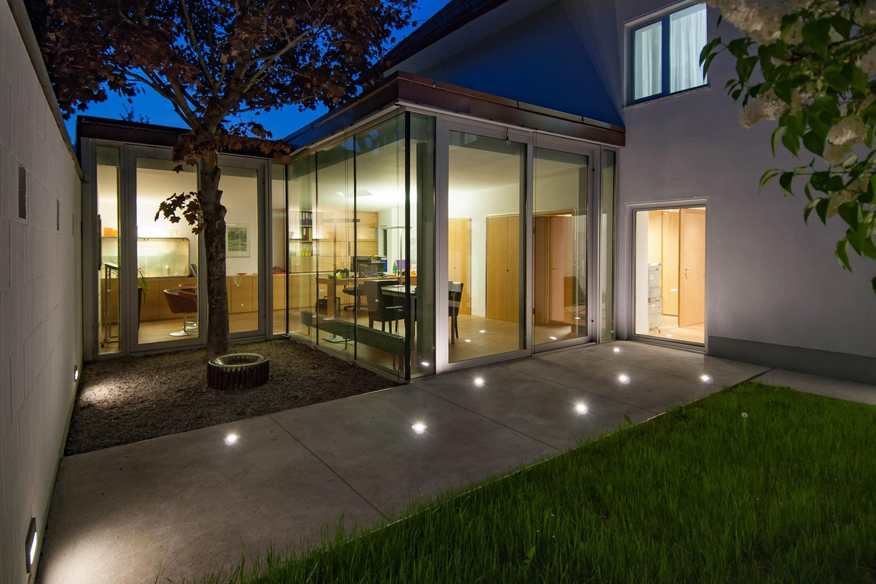 innenhof, abend, architekt, büro, büroumbau, zubau, architekturentwurf, fassade, kunst, innenhof, büro im garten, baum, architektur